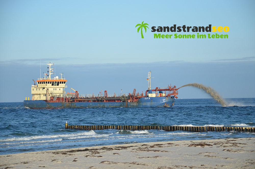 Sand-Pump-Schiff vorm Strand
